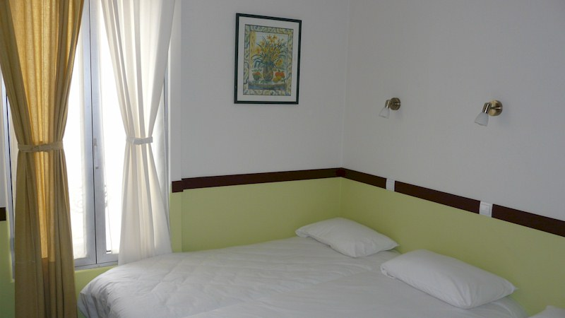 chambre 3 lits solo sdb tv